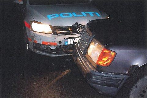 Politiet tvang bilen som var på rømmen, ut av veien etter at den hadde kjørt på en politibil.
