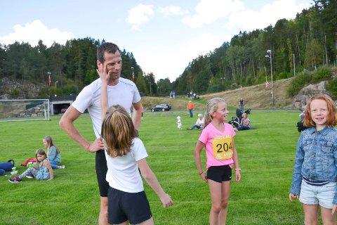 KODALMILA: Robert Rognli blir gratulert av døtrene Alma (8), Hedda (11) og Elise (8), etter at han vant Stener Speilbergs minneløp.