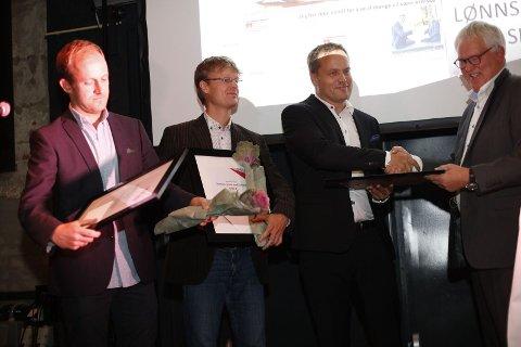 BLE HEDRET: F.v. Øystein Sørumshagen, Morten Fredheim Solberg og Steinar Ulrichsen mottar pris på Amedias lederkonferanse i Tønsberg.
