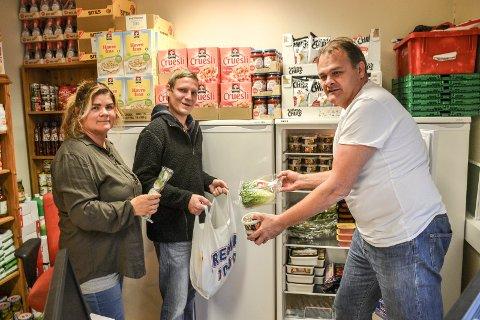 AVGJØRENDE HJELP: Kristen Besøkstjeneste i Stokke deler ut mat til dem som trenger det. Tove og Jan Martin Øvland står bak tiltaket. For Dag Robert Karlsen er mathjelpen helt avgjørende for at han skal klare seg økonomisk.