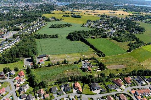 PÅ JORDENE: Avtalen kommunen nå har inngått med Telemark Vestfold Utvikling og USBL legger opp til at man bør bygge minst 800 boenheter. Innkjøring til feltet vil skje via Krokemoveien/Olympiaveien, til venstre i bildet. De skogkledte åkerholmene skal bevares som grøntarealer.