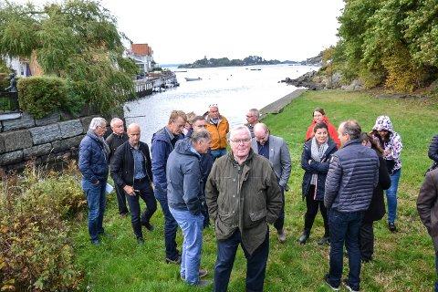 MEDHOLD: Herbjørn Hansson (nærmest) fikk medhold i klagen mot sti og båtplass tvers overfor sin bolig på Thorsholmen. Turstien skulle etter planen gå til en offentlig badeplass på Skaustranda i bakgrunnen.