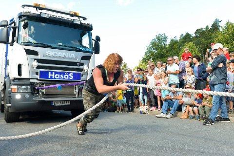 VIL TIL VM: Kikki Berli-Johnsen (49), som her drar en lastebil på 14 tonn, har lyst til å delta i årets VM for verdens sterkeste kvinner. Familie og venner har dratt i gang en kronerulling for å få det til.