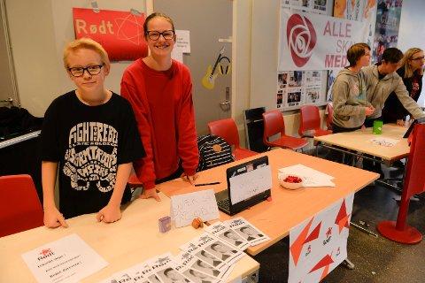 SKOLEVALG: Emil Sara Isaksen (15) og Marie Pihl (15) representerte partiet Rødt. I følge Emil har partiet gjort et knallvalg og fått en haug med tilhengere.
