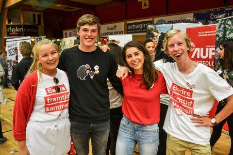 SKOLEVALG: Ap gjorde det godt under skolevalget ved SVGS. Her er stortingskandidat Lozan Balisany omgitt av (fra venstre) Mari Bråthen, Marius Øen Cleveland og Marius Alstadsæter.