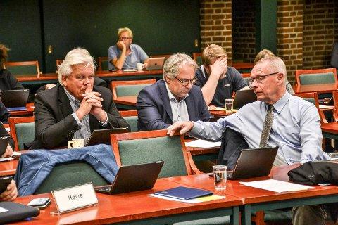 SNUR: Tor Steinar Mathiassen (H, til høyre) snur på avgiftsparkering for elbiler og varsler nye tanker også for fossilbiler og parkering. Bak sitter partifellene Erling F. Sørhaug (t.v.) og Geir Ellefsen.