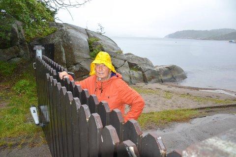 PORT: Denne porten stenger atkomsten for allmennheten til det sørligste området på Yxney, ved Mefjorden ytterst på Østerøya. Ivar Otto Myhre (SV) mener den må være åpen.