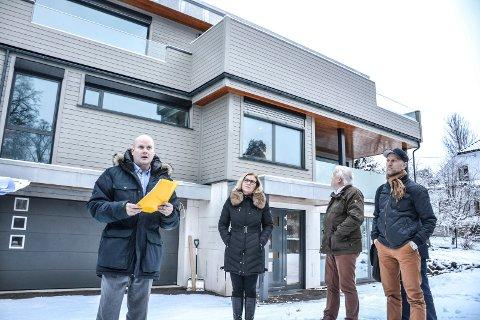 UBEBOELIG: En rapport fra konsulentfirmaet Rambøll konkluderer med at en leilighet i dette bygget i Øvre Åsenvei er ubeboelig. Bildet er tatt i forbindelse med godkjenning av en takterrasse på bygget. Fra venstre står bygningssjef Sindre Væren Rørby, kommunalsjef Torunn Årset, Erling F. Sørhaug (H) og Sigurd Vedvik (H).
