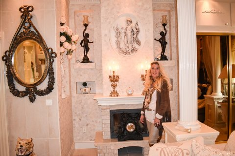 KREATIV: Eva Hagen har brukt utallige timer på å lage pynt til huset.
