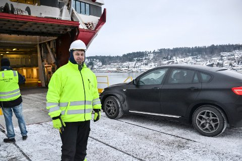 FUNGERTE: Havnesjef Karl Oskar Jørgensen var til stede da den første bilen testrullet over den nye rampa torsdag.