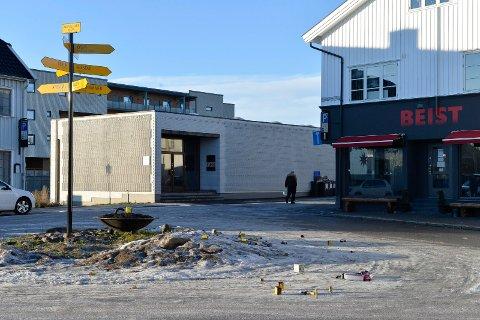 FEIRET: Noen har feiret og fyrt opp fyrverkeri ulovelig på Dag Solstads Plass. Det blir veldig tydelig når ingen gidder å ta seg bryet med å rydde opp.