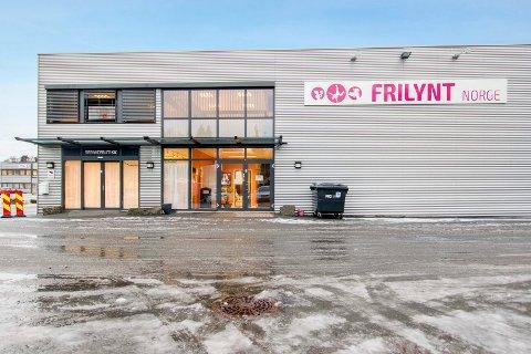 URANIENBORGVEIEN 4: Det tidligere Fjellsport-bygget på Hegna er til salgs for 23 millioiner kroner.