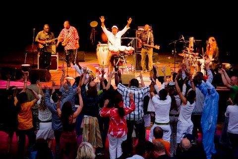 STEMNING: Ett av bandene som spilte under festivalen var Diom De kossa. Med sine afrikanske rytmer ble det stor stemning blant publikum.