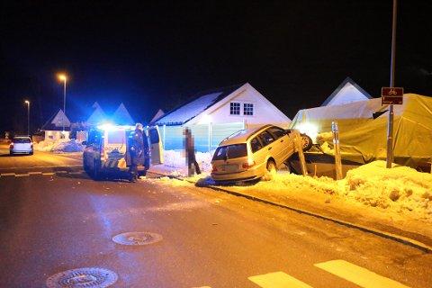 KJØRT UT: Bilen har kjørt ut av veien og havnet delvis oppå en båt.
