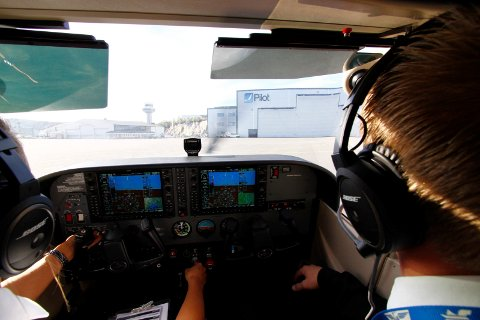 COCKPIT: Som student på Pilot Flight Academy på Torp blir det mange timer med teori, men det belønnes med stunder som denne i cockpiten.