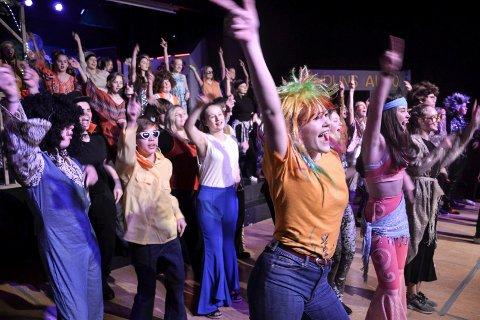 STORT TEMPO: Mange kostymeskift, dansenumre, spilleglede og humor preger Dropp-revyen ved Andebu ungdomsskole.