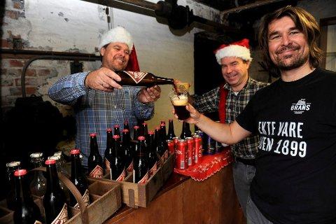 JULEØL: Grans Bryggeri inviterer til en tidlig start på julefeiringen. Her er Gran-brødrene Morten, Håkon og Edvard med et av de tidligere produktene sine. (Arkivfoto: Atle Møller)
