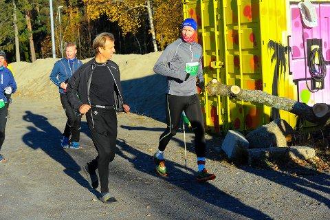 Frank Løke (til høyre) tar det rolig og danner baktroppen fra start i lørdagens Backyard Ultra. Der har han følge av andre som sparer beina i starten.