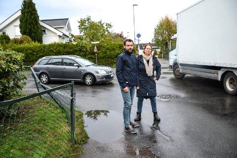 KREVER TILTAK: Egil Wettermark og Gitte Leming mener kjørende har andre alternativer enn å kjøre gjennom deres boligstrøk. Nå ber de om tiltak som kan redusere trafikken gjennom Nedre Gokstadvei.