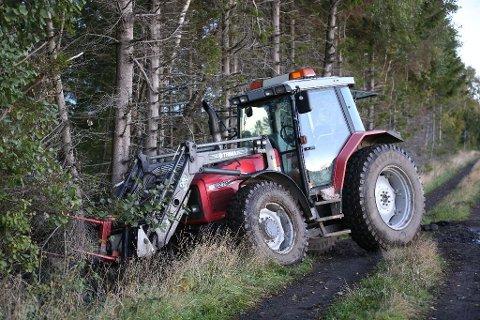 RINGTE: Da Gøran Bolt ble påkjørt av sin egen traktor fikk han ringt kona Ragnhild Bolt og varslet henne. Dette bildet ble tatt av traktoren like etter ulykken.