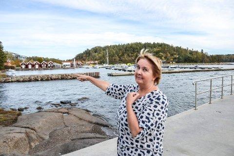 KONFLIKTFYLT: Fastboende og hytteiere på Brunstad har klaget på flere forhold som følge av aktivitetene ved Oslofjord Convention Center. Inger Marie Ellingsen er én av dem. Nærmest henne er deres egen båthavn, på innsiden anlegget til OCC.