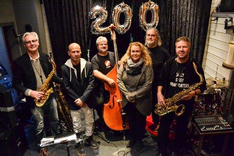 JUBILEUM: Jazzy Sassy Frankfurters har rundet 200 spillelørdager på Draaben Kulturbar. Fra venstre: Trond Bjertnes, Dag Michael Andresen, Dag Almar Hansen, gjestevokalist Maria Trøen, André Nilsen og Hans Pedersen.