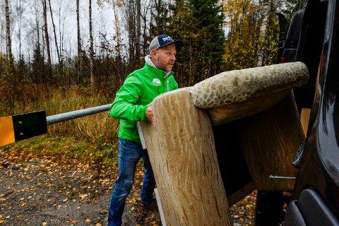 VÅTE: Marius Nordby fikk seg en liten styrketrening når han fjernet sofaen som var blitt hundre kilo tyngre etter regnet.