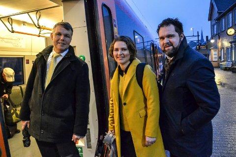 LANDSMØTE: Til Gardermoen for å avgjøre landets framtid. Fra venstre: Bror-Lennart Mentzoni, Lina Bringsli og Arne Ludvigsen. De tre sandefjordingene inngår i en delegasjon på syv fra Vestfold.