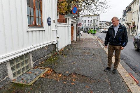 FORFALL: Leietaker av bygården Storgata 27, Pål Roar Carlsen fra firmaet ADMA AS, og eier av eiendommen, Aage Holm, er fortvilet over det manglende vedlikeholdet fra Sandefjord kommunes side.