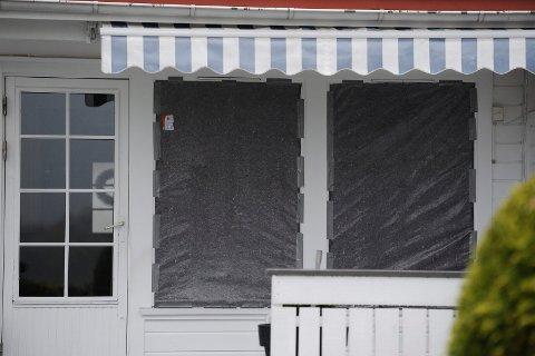 STORE SKADER: To av vinduene i stua ble blåst ut da fyrverkeriet ble antent i stua i boligen på Gjekstad.