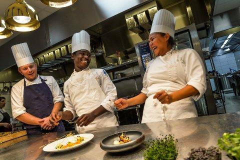 GOD STEMNING: På hotellets nye kjøkken jobber det rundt 20 kokker og tre kokkelærlinger. Assisterende kjøkkensjef Thomas Bronke, (fra venstre) med lærlingene Hamidu Muliika og Shania Sanchez som vant Scandic Cup-2018.