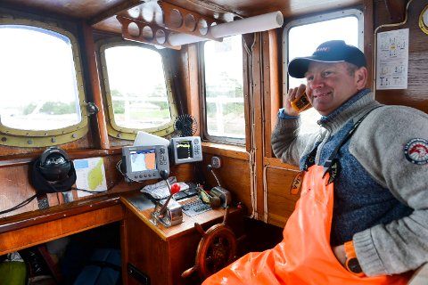 HOBBYFISKER: Når Simen Myhre er ute på sjøen for å trekke teiner, tar han gjerne en prat med yrkesfiskerne. Det går langt mellom de store fangstrapportene.