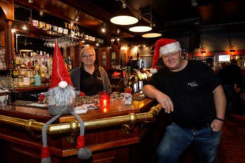 JULESTEMNING: Det er god atmosfære og lun stemning i den julepyntede musikkbaren på Aagaards plass nå i førjulstiden. Siw Anita Nilsen og Martin Nilsen ønsker alle velkommen til en hyggelig julefeiring.