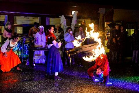 TENNING: Her er det Ildshow med julegrantenning hos Stella Polaris. Dette bildet er fra fjorårets forestilling, den gang regnet det på første advent. Førstkommende søndag er det meldt om ideelt vær for flammer, akrobatikk, gjøgleri og englesang.