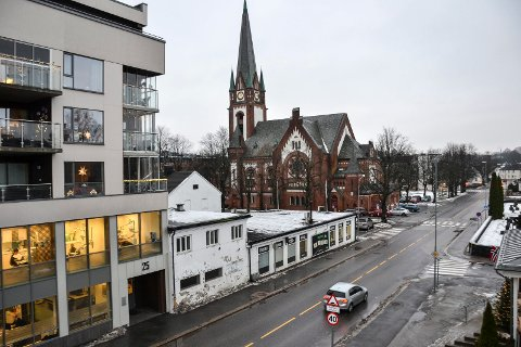 KOMMER HER?: Ved krysset Landstads gate/Møllers gate (midt på bildet) er det planer for et omsorgsbygg med 60 leiligheter. Kommunen har imidlertid ikke bestemt at dette alternativet blir valgt - først må utbyggingen ut på anbud. Forsmannsenteret ligger på motsatt side av Sandefjord kirke.