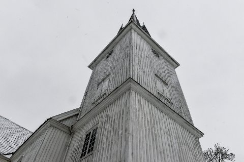 TRIST: Sandar kirke er en stor korskirke oppført 1790-91 av laftet tømmer og er utvendig panelt og malt, står det på kirkens nettside, muligens det burde ha stått: Skulle vært malt.