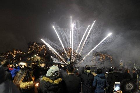FYRVERKERI: Det skjer færre ulykker på nyttårsaften enn tidligere. I kveld fyres det nok en gang opp raketter for å feire inngangen til et nytt år.