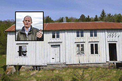 BRENNES: Hovedbygningen på gården Korsvika i Hamarøy er blant byggene som Einar A. Sissener (innfelt) vil brenne før det skal gjenoppbygges.