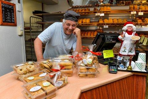 LANGE DAGER: Baker Fritz Fredriksen i Akers Bakeri AS, er på beina ved 03.00 tiden. Det må til når han skal lage julekaker til halve byen.