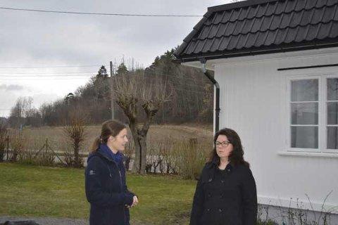 PROTESTERTE: Guro Huseby (t.v.) og Kari Huseby ønsker ikke boliger i Dronninga bak dem. Det ga de uttrykk for allerede da de ble intervjuet av Sandefjords Blad i april 2016.