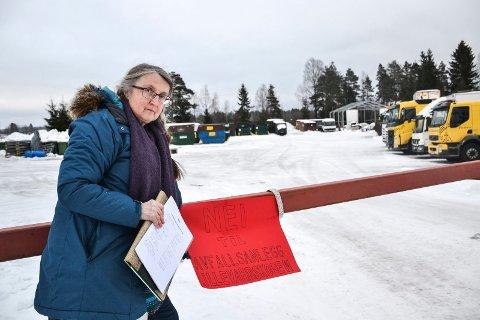 I SPISSEN: Ragnhild Pedersen samler underskrifter mot et planlagt avfallsmottak på Lillevahrskogen næringsområde.