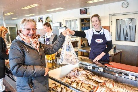 GODT MOTTATT: - Heia Berggren, sier Evy Bjerke om de nye posene. Her blir hun ekspedert av Iselin Gulbrandsen.