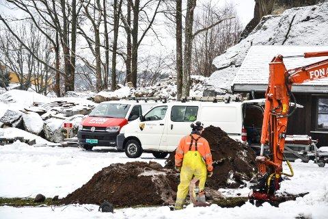 Gravearbeidet etter vannlekkasjen ved Østerøyveien kom i gang ved 10.30-tiden.