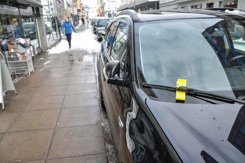 IKKE TILLATT: Parkering inn på fortau er ikke tillatt og kan koste deg 900 kroner. Denne bilen sto 15-20 cm inn på kantsteinen i Storgata.