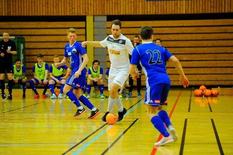 KNALLSESONG: Sandefjord Futsal, med blant andre spillende trener Martin Christiansen i spissen, har storspilt denne sesongen. Nå jakter laget på seriegullet. – Vi legger ned mye i dette, mye svette og tårer, så vi har veldig lyst på det seriegullet. Det ligger høyt på ønskelista, sier Christiansen.