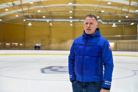 GLEDER SEG: Henning Fevang fra Sandefjord ishockeyklubb skulle gjerne hatt is lenger enn til 15. april, og har mange ideer til hva klubben kan bidra med av aktiviteter i hallen.
