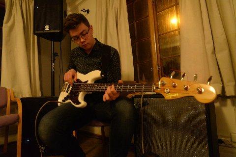 Tobias Tunby på bassgitar