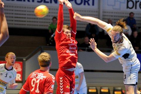 SMELLER TIL: Kristian Søraker( til høyre) sørget for at forsvaret til Charlottenlund fikk mye å bryne seg på.