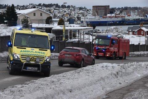 TRIPPELUTRYKNING: Ambulansen, brannvesenet og politiet rykket ut til trafikkulykken i Vesterøyveien fredag ettermiddag.