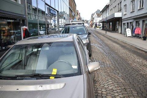 TIMESKIVE: Biler kan stå én time gratis langs mange av sentrumsgatene. Forutsetningen er at man har timeskive på dashbordet. Eieren av denne bilen fikk tre bøter, hver på 300 kroner, på under ei uke for manglende skive.